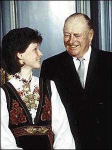 ÅRHUNDRETS NORDMANN: Kong Olav er kåret til århundrets nordmann. Her sammen med prinsesse Märtha i forbindelse med Märthas konfirmasjon i mai 1986. Foto: Scanpix