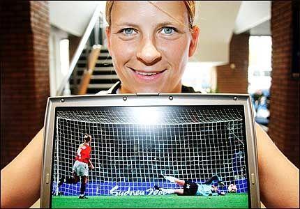 GODE MINNER: Dagny Mellgren glemmer aldri dette øyeblikket - vinnermålet i OL-finalen i 2000. Nå legger hun opp. Foto: TERJE VISNES