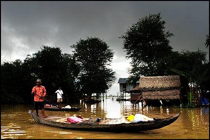 MEKONG-ELVEN: Stille flyter de karakteristiske båtene nedover Mekong-elven. Foto: Harald Henden