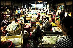 LUKT OG SMAK: Det gamle markedet i Siem Raap fra den franske kolonitiden er fullt av tenkelig og utenkelig mat. I den lille byen Skuon er friterte, hårete edderkopper en delikatesse. Foto: Harald Henden