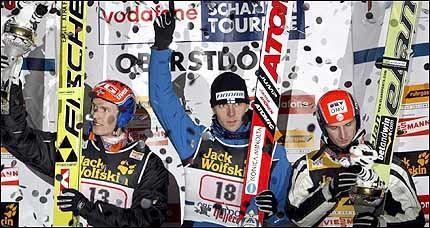 PÅ PALLEN: Roar Ljøkelsøy (t.v.) sto torsdag på pallen sammen med Janne Ahonen og Jakub Janda. Foto: EPA