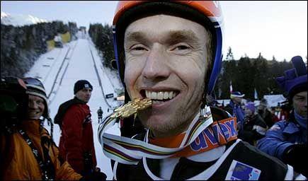 GULLJUBEL: Roar Ljøkelsøy kunne koste på seg et bredt glis etter å ha forsvart VM-gullet i skiflyging. Foto: Scanpix