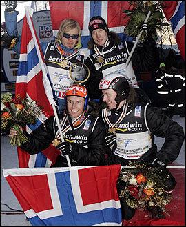 De norske gutta med gullmedaljene etter søndagens triumf. Foto: Scanpix