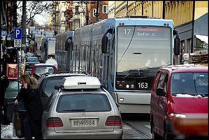 SITTER FAST: Oslotrikken kjører i gjennomsnitt 18 km/t. Nå går Sporveien til kamp mot bilistene. Foto: ESPEN BRAATA