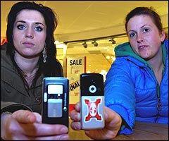 STERKT IMOT: Kristine Rein (21), t.v. og Ida Røysi (21) synes det er heslig med snikknipsing. Foto: Geir Otto Johansen