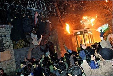 I HARNISK: Den danske ambassaden i Teheran ble angrepet med bl.a. brannbomber i går. Politiet greidde ikke å holde demonstrantene unna. Foto: AP