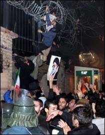 STORE DEMONSTRASJONER: Rundt 400 demonstranter ramponerte den danske ambassaden i Irans hovedstad Teheran. Foto: epa