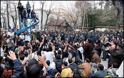 SINTE DEMONSTRANTER: Demonstrasjonene utenfor Danmarks ambassade i Teheran fortsatte tirsdag. Foto: EPA