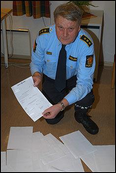 SEXTELEFONREGNINGER: Det flyter over av sextelefonregninger hos lensmann Odd Skeivoll i Fyresdal, som har fått regningene fra hotline-mannen som sitter på en gjeld på 750 000 kroner. Foto: Geir Ufs, Vest-Telemark Blad
