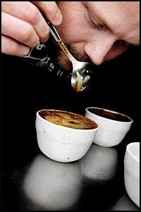 CUPPING: Joar Christoffersen, kaffebrenner på Mocca kaffebar og brenneri i Oslo, tester hver dag opptil ti sorter. Cupping kalles sporten, som må gjennomføres for at smaksløkene skal bli holdt ved like. Foto: Annemor Larsen