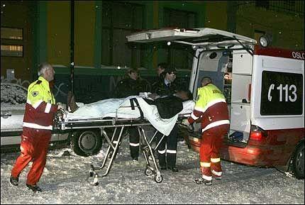 TIL SYKEHUS: En av de seks personene som ble skadet i knivstikkingen på Grønland i Oslo fredag kveld blir her fraktet til en ambulanse. Foto: SCANPIX