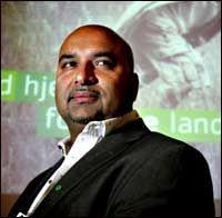 FRYKTER DØDE: Norsk-pakistanske Danny Iqbal mener liv kan gå tapt dersom ikke myndighetene griper inn overfor moskéen i Urtegata i Oslo. Foto: VG