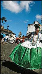 STOLTE: Kvinnene på torget i den historiske bydelen Pelourinho går kledd i tradisjonelle afrikanske drakter, og poserer villig. Foto: DAG FONBÆK.
