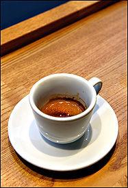 ESPRESSO: Espressoen er den viktigste ingrediensen i kaffedrikker, og er også nydelig alene. Å brygge den lille sterke blir ofte sett på som en kunst. Foto: Helge Mikalsen