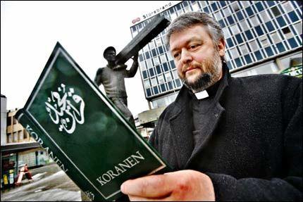 MENER ALVOR: - Nå får vi se hvor modig du er, sier prest Ludvig Nessa om Otto Jespersen. Han utfordrer TV2-programlederen til å brenne Koranen. Foto: Thomas Andreassen, VG.
