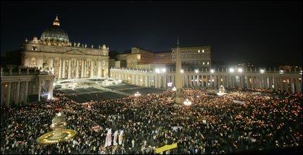 MINTES PAVEN: Titusener av katolikker hadde møtt fram på Petersplassen i Roma for å markere at det var ett år siden pave Johannes Paul II døde. Foto: AFP