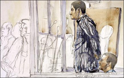 I VITNEBOKSEN: Jamal Derrar forklarer seg i rettssaken hvor han er tiltalt for å ha tent på tenåringsjenta Sohane Benziane. Benziane var kjæreste med en gutt som Derrar var uvenner med. Foto: AFP