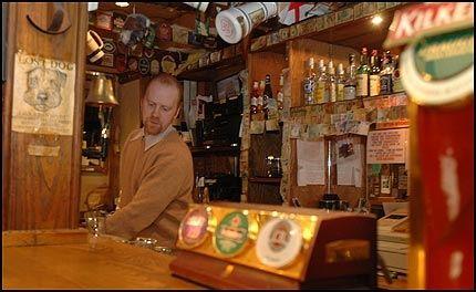 SÅ DET HELE: Bartender Audun Skoglund ved Belfry pub så episoden da 25 Vålerenga-supportene yppet til bråk med politiet. Foto: Andreas Fosse