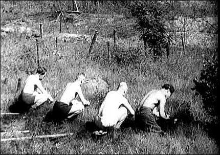 MINERYDDERE: Her er tyske soldater på leting etter miner. Foto: «Nordmennenes egen historie»