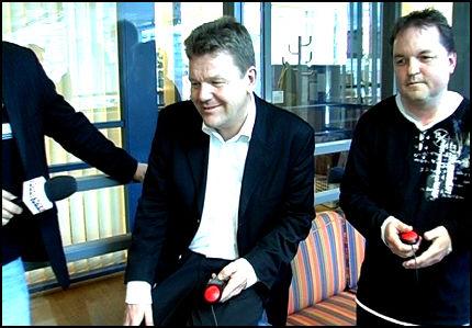 SPILLER: Kunnskapsminister Øystein Kåre Djupedal utfordret Barnevaktens spillsjef (t.h) Odd Arild Olsen til en runde i kunnskapsspillet Buzz til PlayStation 2. Barnevakten oppfordrer nå skole-Norge til å bruke dataspill i skolen, og statsråden stiller seg positiv til utspillet. Foto: Roar Dalmo Moltubakk