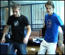 DANSER: Videregående-elevene Endre (t.h) og Eirik Damrud Hoel demonstrerte dansematter for kunnskapsministeren. Barnevakten mener slike ville gjort seg ypperlig i gymtimene. Foto: Roar Dalmo Moltubakk