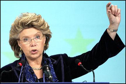 KUTT, ELLERS... Kommisjonær for informasjonssamfunn og media, Viviane Reding, advarte europeiske mobilaktører mot deres motvilje til å kutte i skyhøye roamingpriser. Nå lystrer de. Foto: Reuters