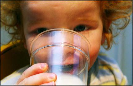 SUNT OG GODT? Melk er fortsatt best for kalver, mener en norsk barnelege. Foto: Lise Åserud/SCANPIX