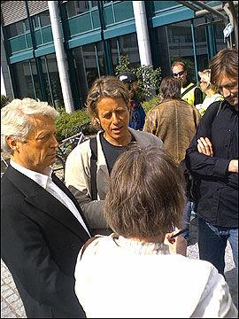 I STREIK: NRK-journalistene Christian Borch (t.v.) og Knut Olsen sto allerede før klokken 15 utenfor NRK-huset på Marienlyst. Foto: ROAR DALMO MOLTUBAK