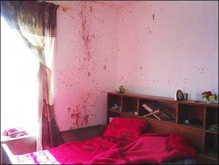 BLODSPOR: Veggene på soverommet viser tydelige blodspor. Et par av bildene advokaten har offentliggjort i dag vurderer VG Nett som for sterke til å vise. Foto: AP