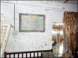 KULEHULL: Kulehullene på veggen i et av husene der massakren skal ha skjedd. Foto: AP