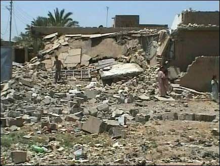 HER BLE ZARQAWI DREPT: Bare ruinene er igjen etter det amerikanske luftangrepet som rammet dette huset i Hibhib nord for Bagdad. Abu Musab al-Zarqawi befant seg trolig her da han ble drept. Foto: AP