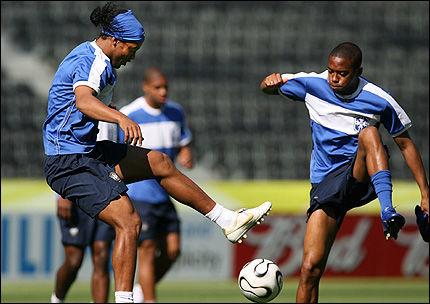 FRONTFIGUR: Ronaldinho er Brasils aller beste spiller. Her spiller han ball med Robinho (t.h) på mandagens trening. Foto: Reuters