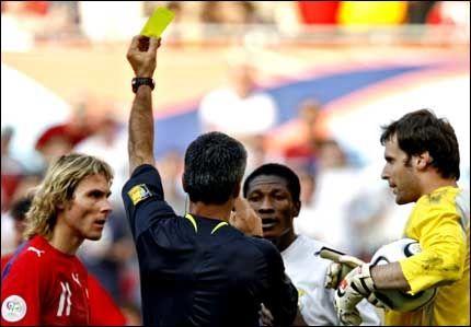 IKKE STRØKET: Gyan får gult kort av dommeren, mens Petr Cech prøver å redde motstanderen. Foto: AFP