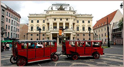 TOG: Et sightseeing-tog på Hviezdoslav-plassen i Bratislava. Foto: AP / Jan Koller