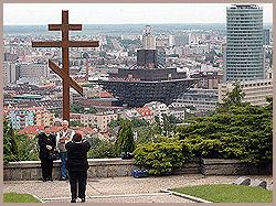 UTSIKT: Turister fortograferer hverandre fra Slavin-høyden i Bratislava. Bygget i senter er Slovakias Radio, det til høyre er Nasjonalbanken. Foto: AP / Jan Koller