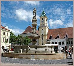 HOVEDSTAD: Hlavne Namestie - byens stortorg - er et trålende eksempel på renessansearkitekturen i Bratislava. Foto: AP / Jan Koller