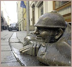 TITT-TITT: Bratislava har siden 2002 vært preget av en rekke artige statuer, for eksempel denne som titter opp fra en kum. Foto: AP / Samuel Kabani