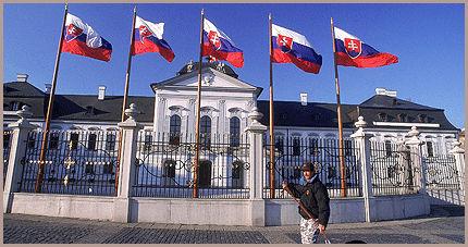 RØDT, HVITT, BLÅTT: De slovakiske flaggene flagrer i vinden foran presidentpalasset i Bratislava. Foto: Scanpix