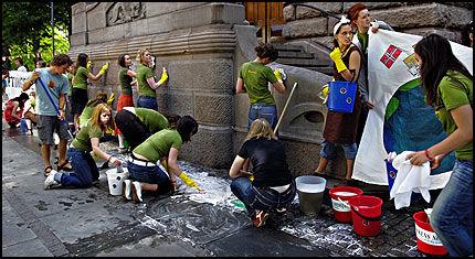 SKIKKELIG HUSVASK: Over hundre ungdommer stilte torsdag med vann og såpe utenfor Finansdepartementet for å vaske rent. Foto: Helge Mikalsen