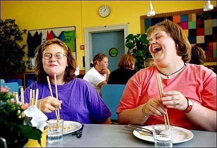PÅ SLANKEPROGRAM: Slankeleir for barn med overvektsproblemeer har vært vanlig i utlandet i mange år. De danske barna Mia og Mai Britt fikk hjelp ved julemærkehjemmet i Hobro i Danmark i 2001. Foto: Karin Beate Nøsterud