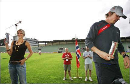 HOLDT AVSTAND: Kjæresteparet Andreas Thorkildsen og Christina Vukicevic holdt god avstand under utdelingen av kongepokalene. Foto: Erlend Aas / Scanpix