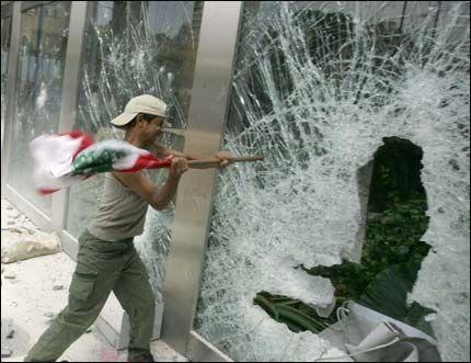 RASENDE: Rasende demonstranter raserte FNs hovedkontor i Beirut Foto: AFP