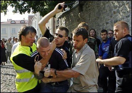 ANGREP: Unge menn væpnet med steiner og stokker angrep en marsj for homoseksuelles rettigheter i Estlands hovedstad Tallinn i dag. Foto: AP