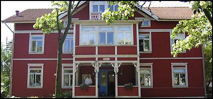 RØDMALT HOTELL: Den gamle trebygningen ble bygd i 1904, den gang Lysekil var et populært bade- og kursted. Hotellets bakhage er en del av svabergene som fører rett ned til sjøen. FOTO: NINA ANDERSEN