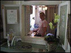 VELKOMMEN: Jessica Petterson ønsker oss velkommen til Lysekils Havshotell i sjarmerende og gammeldagse omgivelser. FOTO: Nina Andersen. Foto: