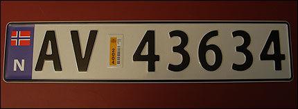 NYE SKILT: Fra 1. november innføres kjennemerker med N-merke. Dette er prototypen. Foto: Statens vegvesen.