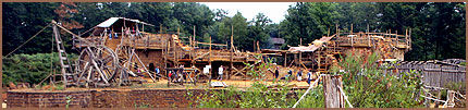 BYGG: Det går sakte fram, men aktiviteten på byggeplassen er høy. Foto: AP / Remy de la Mauviniere