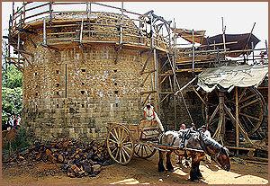 MIDDELALDERSK: Alt arbeid på Guedelon slott foregår på middeladerevis. Hesten har fått en sentral plass i byggearbeidet igjen. Foto: AP / Remy de la Mauviniere