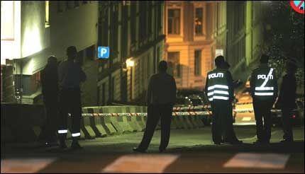 AVSPERRET: Området rundt synagogen ble sperret av straks politiet kom til stedet, og ble gjennomsøkt med hundepatruljer i jakten på gjerningsmannen. Foto: Trond Solberg