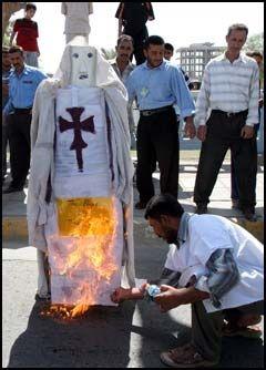 BRANT PAVEDUKKE: Demonstranter i Irak demonstrerte mandag mot pavens Muhammed-uttalelser. Foto: AP